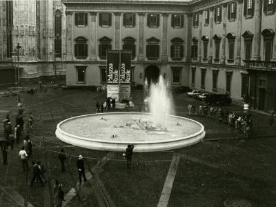 Figura 2: Piazza del Duomo, ex Piazzetta Reale, allestimento con fontana (Fonte: Fotografieincomune, autore sconosciuto)